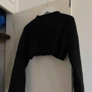 Croppad stickad tröja med halvpolo och lite längre armar från Monki ✨