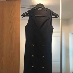 Säljer denna snygga, figurnära klänning då den inte kommer till användning längre. Den är i bra skick och har endast använts ett fåtal gånger. Klänningen kommer från Bubbleroom. Möts upp i Uppsala och tar Swish vid köpintresse👗🙂