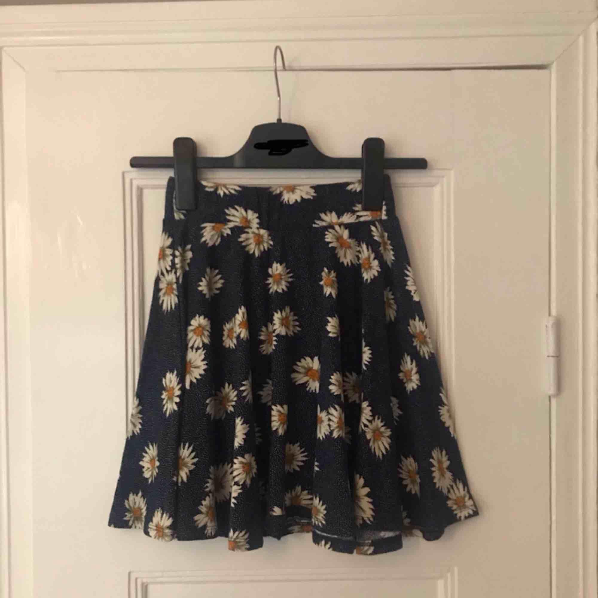 Superfin kjol med prästkragar på från Urban Outfitters! Stretchig midja och A-Line formad💃🏽 Frakten ingår i priset ovan!🥰. Kjolar.