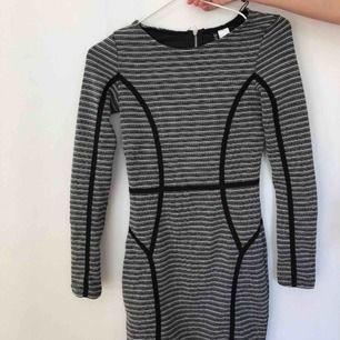 Säljer denna klänningen från H&M i strl XS. Säljer pga av aldrig använd. Tar emot swish:)