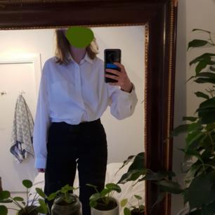 Sååå najs vit skjorta! Som referens kan jag säga att jag är 174 cm lång och brukar ha S/M i storlek 💚  Den är i fint skick! Fraktar bara och frakten går på 50 kr 🧡