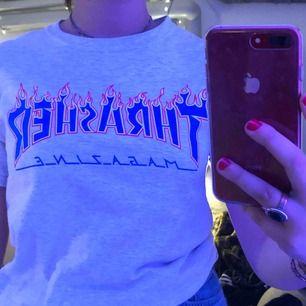 Super snygg Thrasher T-Shirt, knappast använd ser precis ut som en ny!! Storlek S om man vill ha den lite tajtare så funkar den perfekt på en M också! 🥰🥰 frakt 30kr!