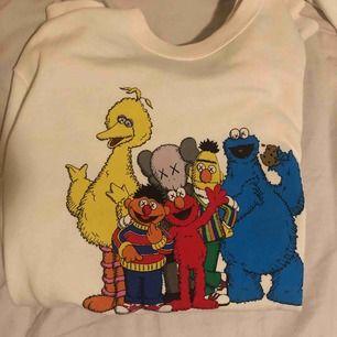 Gräddvit sweatshirt från uniqlo, möts upp och fraktar!
