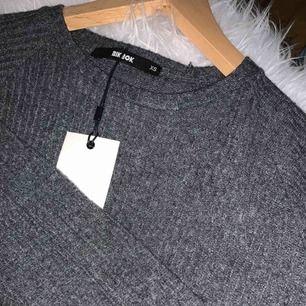 Jättemysig klänning i supermjukt material från bikbok. Köpt för 299 kr men aldrig använd, strl XS. Frakt 60 kr.