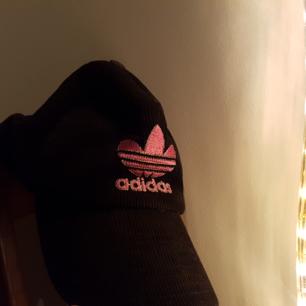 En ribbad Adidas keps supersnyggt<3