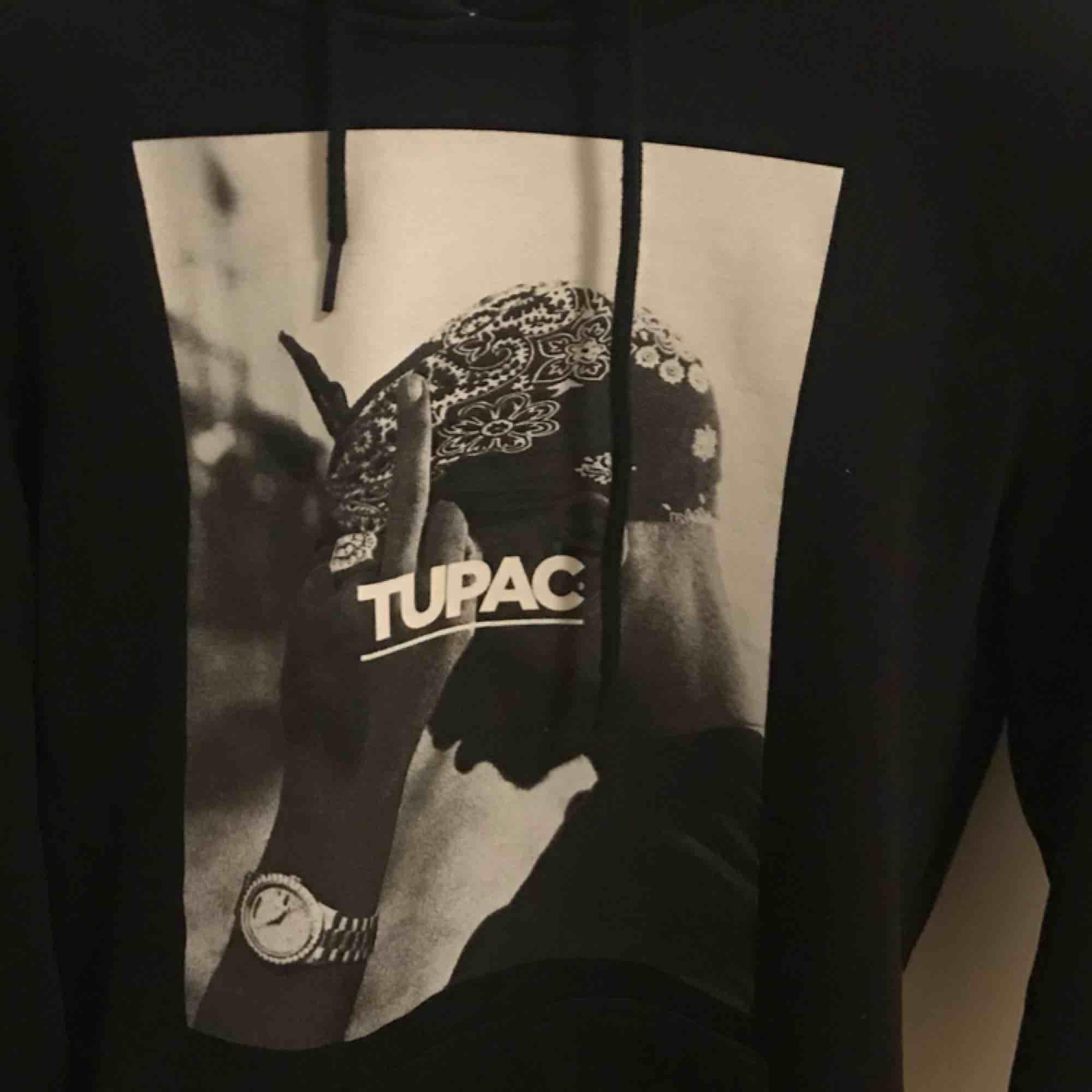 Tupac Hoodie från Junkyard, använd fåtal gånger!. Övrigt.