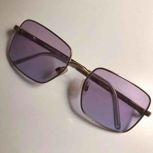 Supercoola lila tonade solglasögon från Emporio Armani!