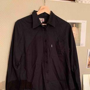 Superfin svart Levi s skjorta 8eb7a234d28dd