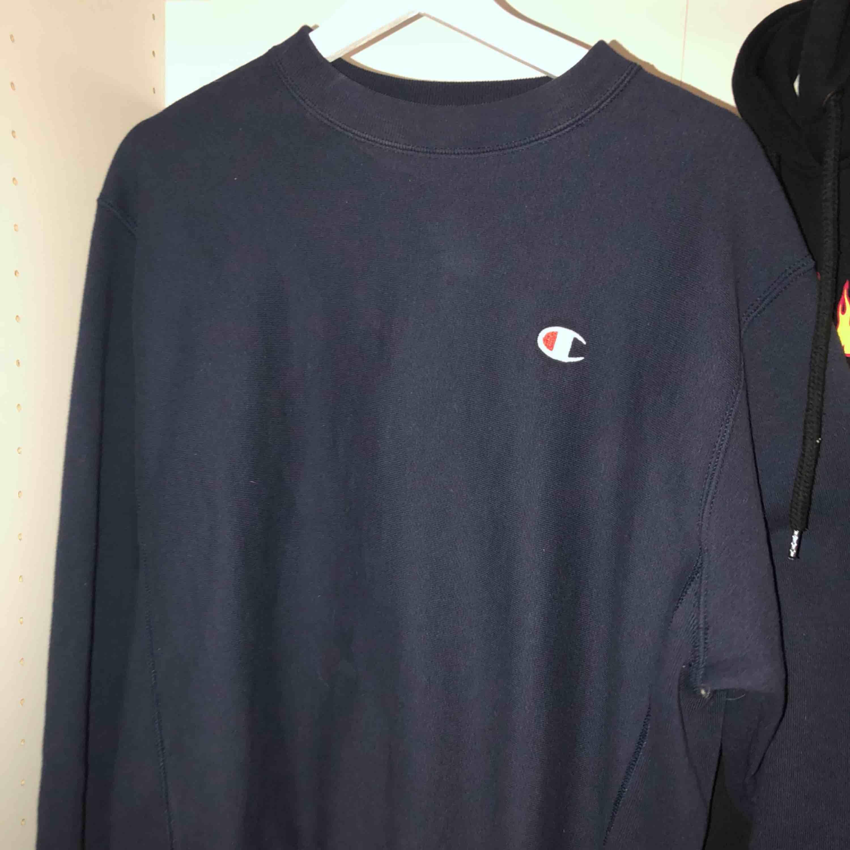 Inklusive frakt!!!! Äkta marinblå champion sweatshirt. Köpt här på plick, använt den några få gånger bara (den var helt ny när jag köpte den) så perfekt skick. Huvtröjor & Träningströjor.