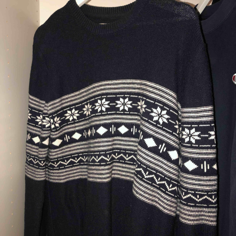 Skön stickad tröja köpt på second hand. Huvtröjor & Träningströjor.