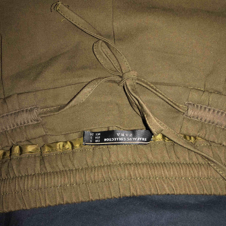 Byxor från zara, bra skick. För korta för mig så dom sitter lite konstigt. Jeans & Byxor.