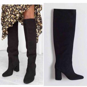 Säljer dessa knähöga boots i svart mocka från & other stories, i stl 36. De är i nyskick, har endast testat dem.  (Nypriset ligger på 2250kr)