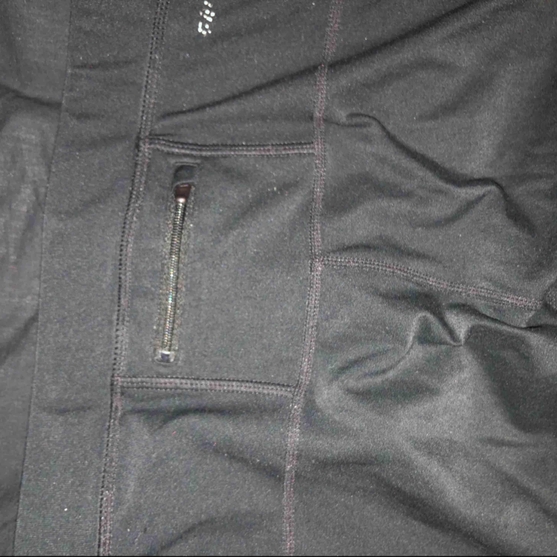Sköna Nike träningstights, använda men ändå ok skick. Vet inte exakt storleken men de sitter som S. Jeans & Byxor.