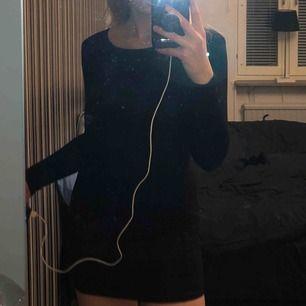 Snygg svart tight klänning med öppen rygg. Endast använd 1 gång