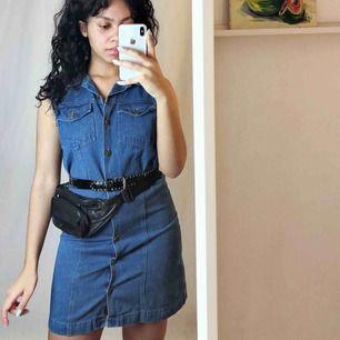 Snygg vintage jeans klänning🔥 En aning för liten för mig så passar nog bäst på en 36a.