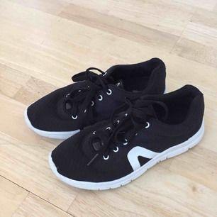 Sneakers från Dinsko. Storlek 35 men passar även 36. I fint skick. Använda mest inomhus. Köparen står för frakten!