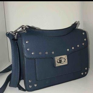 Jättefin blå väska med måtten ca 20x12x7. Väldigt sparsamt använd och är i stort sett helt ny. Frakten ingår i priset⭐️⭐️⭐️