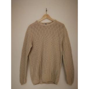 Snygg beige basic stickad tröja från weekday!  80% Bomull 20% Lin