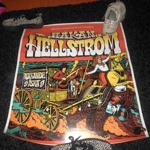 Relativt stor Håkan Hellström poster. Och en the 1975 poster