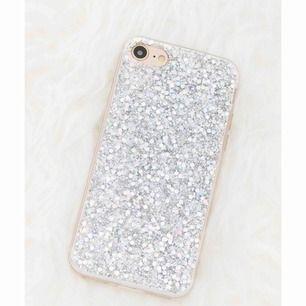 Detta galet glittriga mobilskal till iPhone 7+ i silikon både skyddar din mobil och får den att se magisk ut. Glittret är silvrigt men skiftar i en massa olika färger beroende på ljuset. ✨