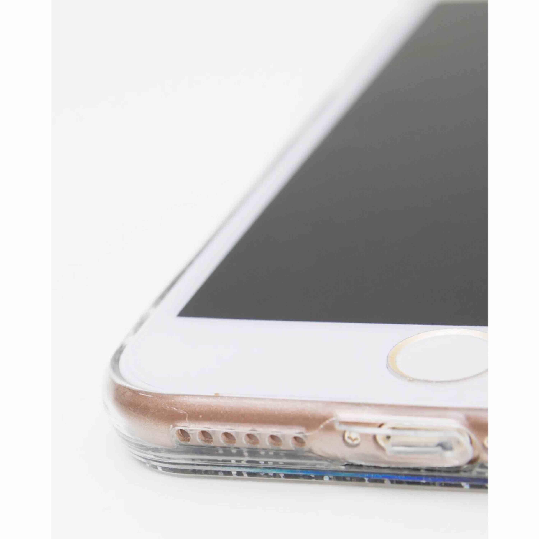 Detta galet glittriga mobilskal till iPhone 7+ i silikon både skyddar din mobil och får den att se magisk ut. Glittret är silvrigt men skiftar i en massa olika färger beroende på ljuset. ✨. Accessoarer.