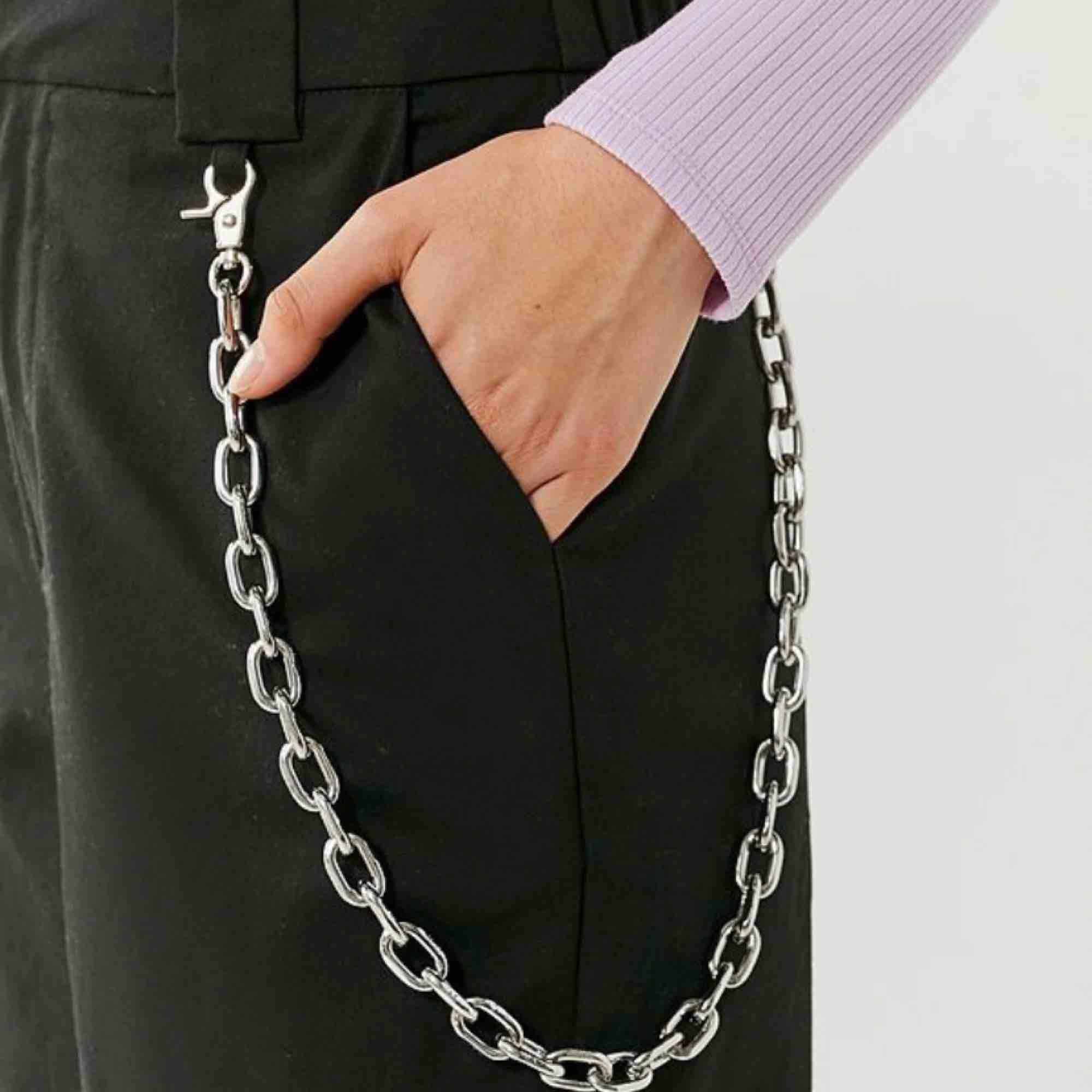 Helt ny kedja som man kan ha på byxorna eller runt halsen om man vill. Super snygga och passar med alla outfits! 🥰. Accessoarer.