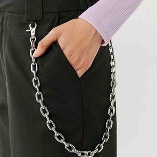 Helt ny kedja som man kan ha på byxorna eller runt halsen om man vill. Super snygga och passar med alla outfits! 🥰