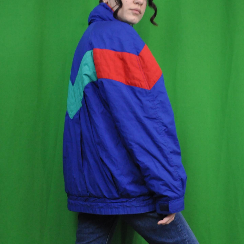 Jättesnygg anorak i 80-tals stuk. Står ingen storlek men det är jag själv som har på mig den på bilderna och jag brukar ha xs/s, är 170 lång😊  har en luva man kan