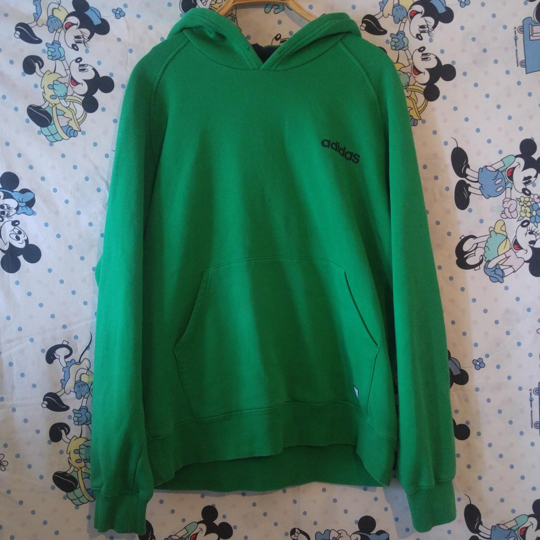Jättecool Adidas hoodie i använt men ändå helt skick. OBS! Har inget band i halsen, men vill man kan man ju trä dit ett nytt 😏  köparen står för frakten, samfraktar gärna👍😊. Huvtröjor & Träningströjor.