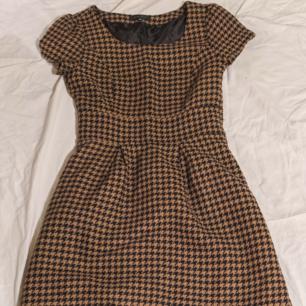 Vintageklänning i mjukt material, sidenlikt innerfoder Dragkedja i sidan Storlek 36