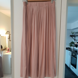 Supersöt kjol från gina tricot. Använd 2 gånger så mycket bra skick!   Ni står för frakten 🌸
