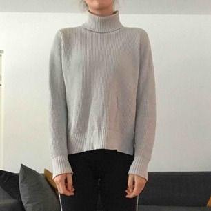 Grå stickad tröja från Whyred, nypris 1200kr. Priset är exklusive frakt, köpare står för frakt. Kan även mötas upp i Sthlm.