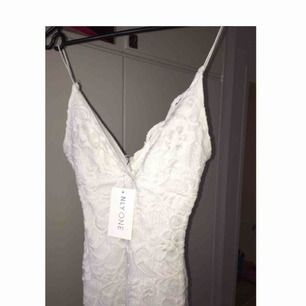 Suuperfin slutsåld klänning, det är den kortare modellen än den sista (se bild) Oanvänd och lapparna kvar, säljer då de var tänkt som studentklänning men den var för liten :(