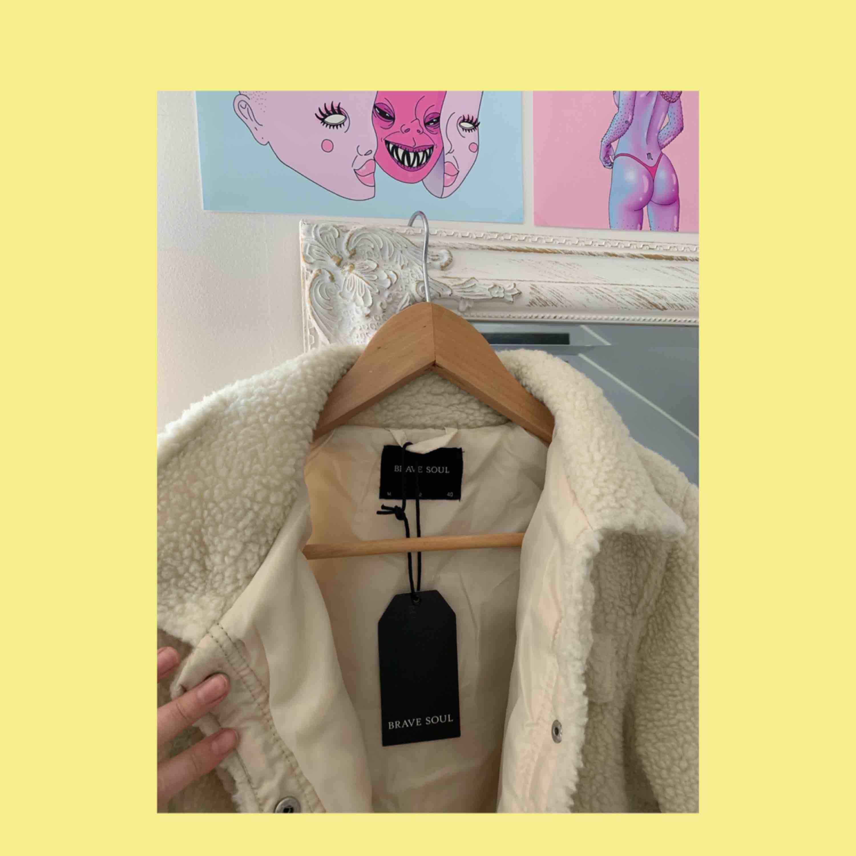 Trendig teddy jacka från Brave soul, köpt för över 600 kr. Skit snygg och varm! . Jackor.