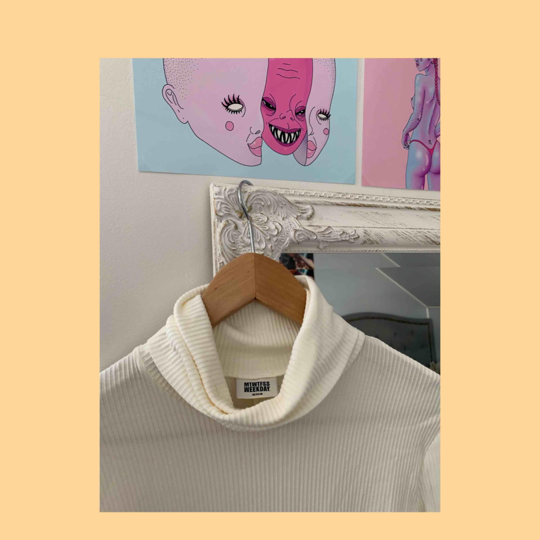 Snygg vit ribbad klänning med polokrage, man kan klä både ner och upp den. Den är inte genomskinlig på! . Klänningar.