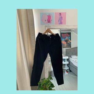Svarta mom jeans från Pull&Bear, raka hela vägen. Rumpan ser bra ut i dem. Lite för korta för mig då jag har långa ben. Är 175cm men för dem som är lite kortare kan man vika upp och det är väl det snyggaste