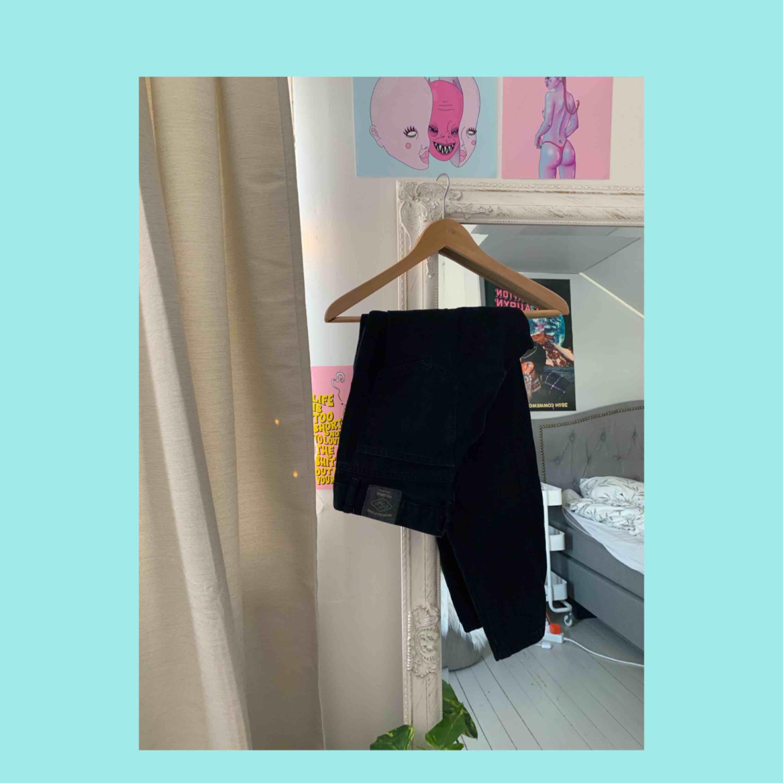 Svarta mom jeans från Pull&Bear, raka hela vägen. Rumpan ser bra ut i dem. Lite för korta för mig då jag har långa ben. Är 175cm men för dem som är lite kortare kan man vika upp och det är väl det snyggaste . Jeans & Byxor.