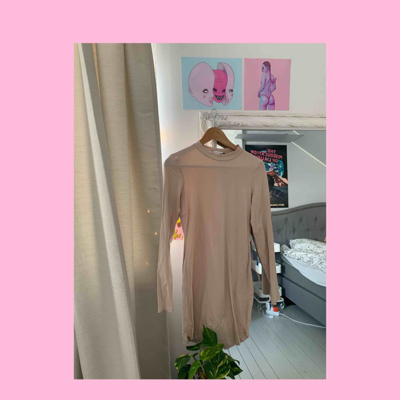 Såå snygg nude klänning mes kort turtelneck, går aldrig ur stil. Kim K vibes🤤. Klänningar.