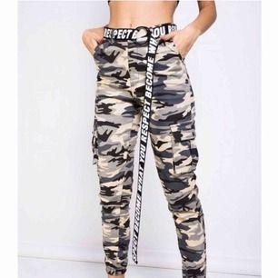 Ett par skitsnygga camouflage byxor från Madlady! Säljer pga inte min stil längre! Köpte dom för ett tag sen och använt dom 3 gånger, nyskick! Nypris:500kr