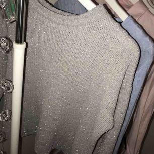 En jättesnygg glittrig tröja från Jacqueline de yong! Nästan helt ny! Använd ca 2 gånger! nypris:599kr