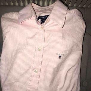 En fin skjorta från gant! Använd fåtal gånger! Fint skick! Nypris:999kr