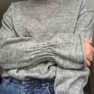 Mysig stickad tröja, köpare står för frakt🥰 (bilderna blev lite röda?? Men den är grå!)
