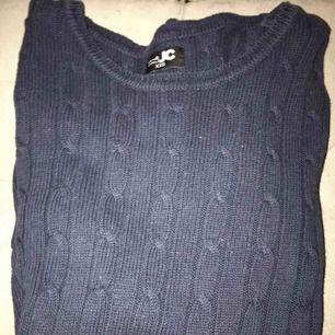 En snygg marinblå kabelstickad tröja från JC! Inga fläckar eller liknande! Nypris:500kr!