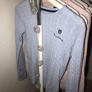 En helt ny kabelstickad blå tröja från bondelid! Aldrig använd! Nypris:599kr