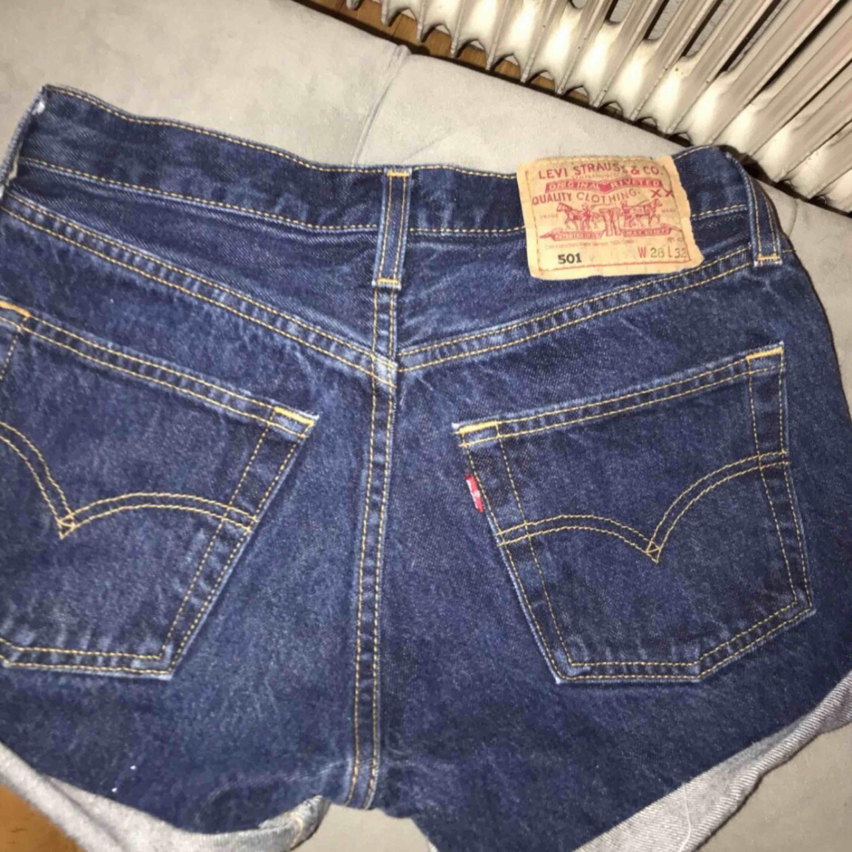 Ett par snygga shorts från Levi's! Fint skick,sitter bra på! Nypris:499kr . Shorts.