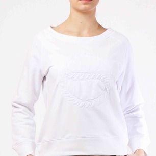 Säljer en vit sweatshirt från BUSNEL i storlek 34. Priset är inte förhandlingsbart och fraktkostnaden står köparen för.