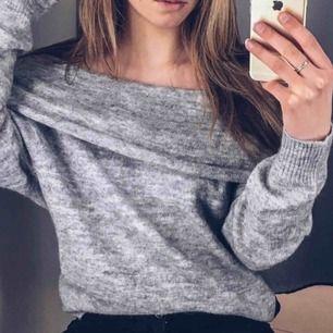 Off-shoulder tröja från H&M! Sparsamt använd och därför i fint skick, säljes för det inte riktigt är min stil längre