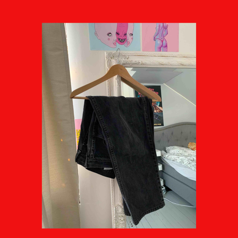 så sjukt snygga vintage mom jeans. De är en super nice wash off svart färg på dem, de är tyvärr för korta för mig (är 175) så måste sälja vidare dessa jeans som verkligen är ögongodis. Jeans & Byxor.