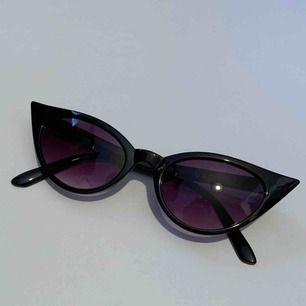 Solglasögon köpta på Asos Marketplace. Använda ungefär två gånger och i jättefint skick! Frakt tillkommer:-)