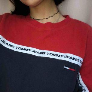 Tommy Hilfiger (Tommy Jeans) tröja i strl L men passar mindre storlekar. Skitsnygg och bra skick!